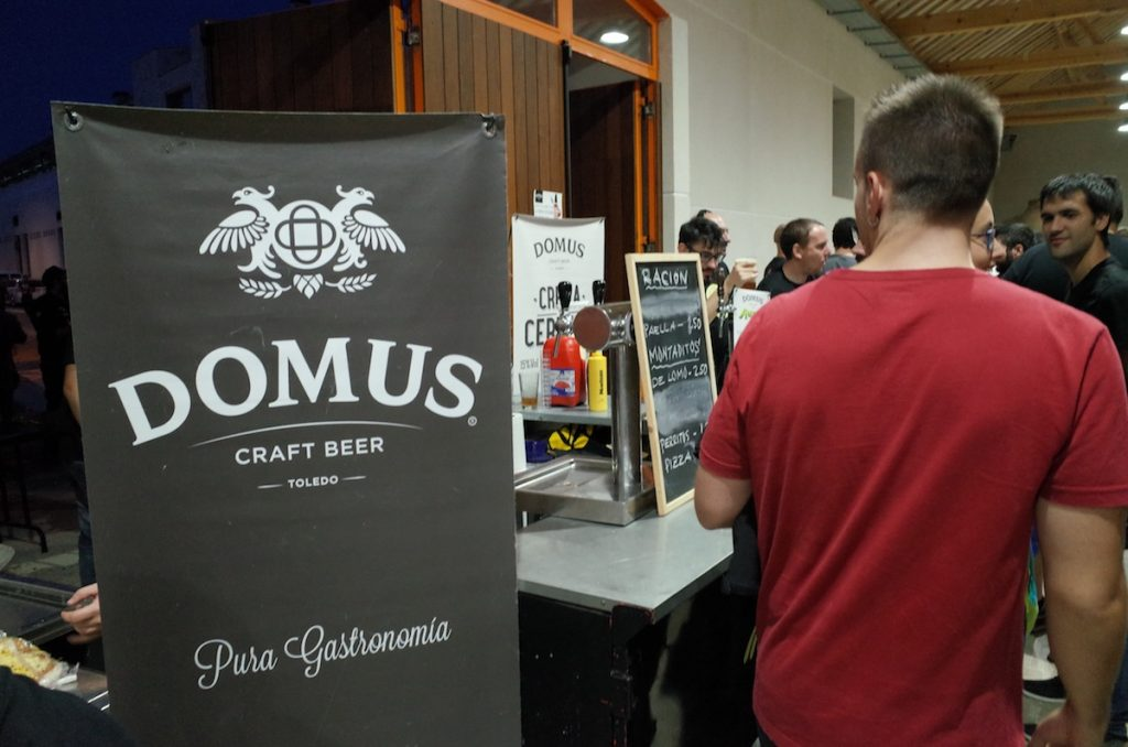 En Domus, además de cerveza, no pararon de vender sus ya clásicas carcamusas, paella y otras muchas viandas para calmar el hambre del personal