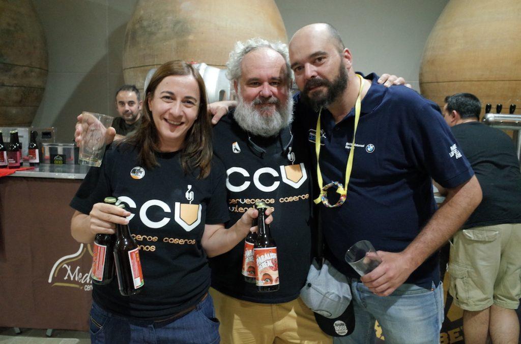 Representación de los Cerveceros Caseros de Valencia junto a Israel, creador junto a Yria de Parálisis Cereal, una cerveza solidaria que se agotó en hora y media